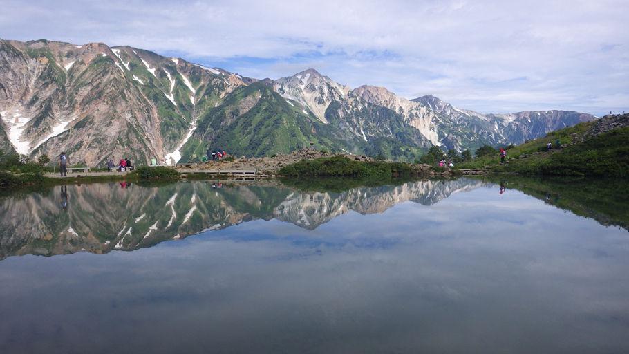 白馬三山。写真中央が鑓ケ岳、右に順に杓子岳、白馬岳(2017年8月撮影)