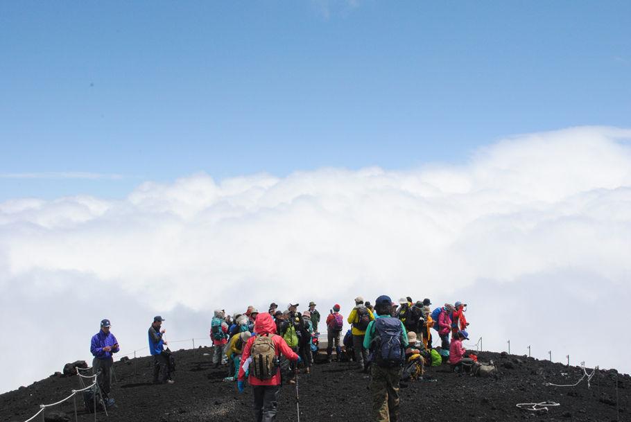 雲沸き立つ宝永山の山頂