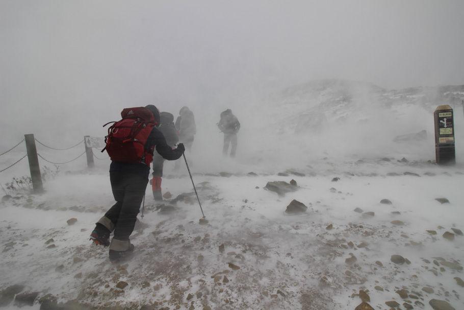 雪煙舞う中を三斗小屋温泉を目指して歩き始める(打木達也氏撮影)