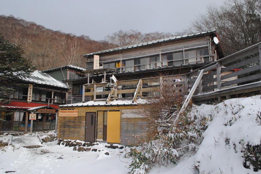 趣のある煙屋旅館。山中の温泉宿だ