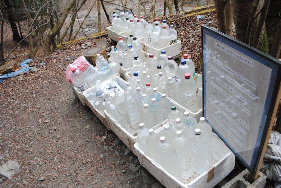 登山口付近のペットボトル群。水道水が詰めてある。鍋割山荘に運んでほしいとボランティアに呼びかけている