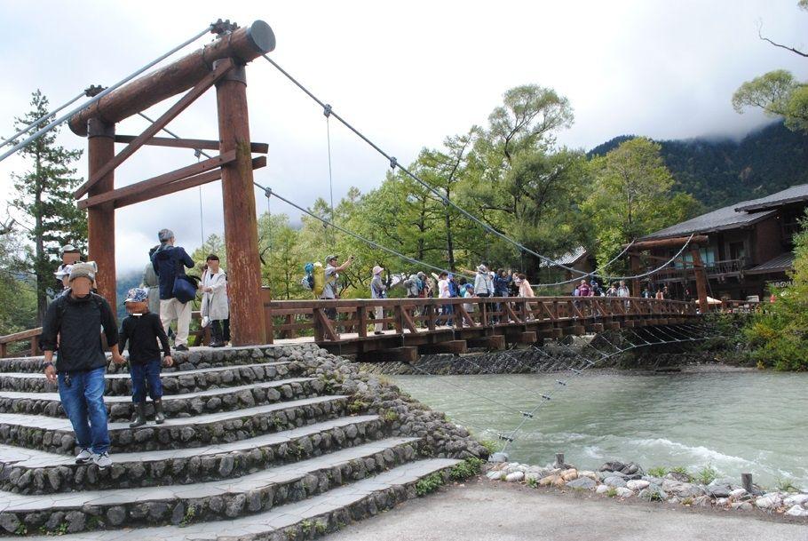 賑わいを見せる河童橋。現在は1997年に付け替えられた5代目という