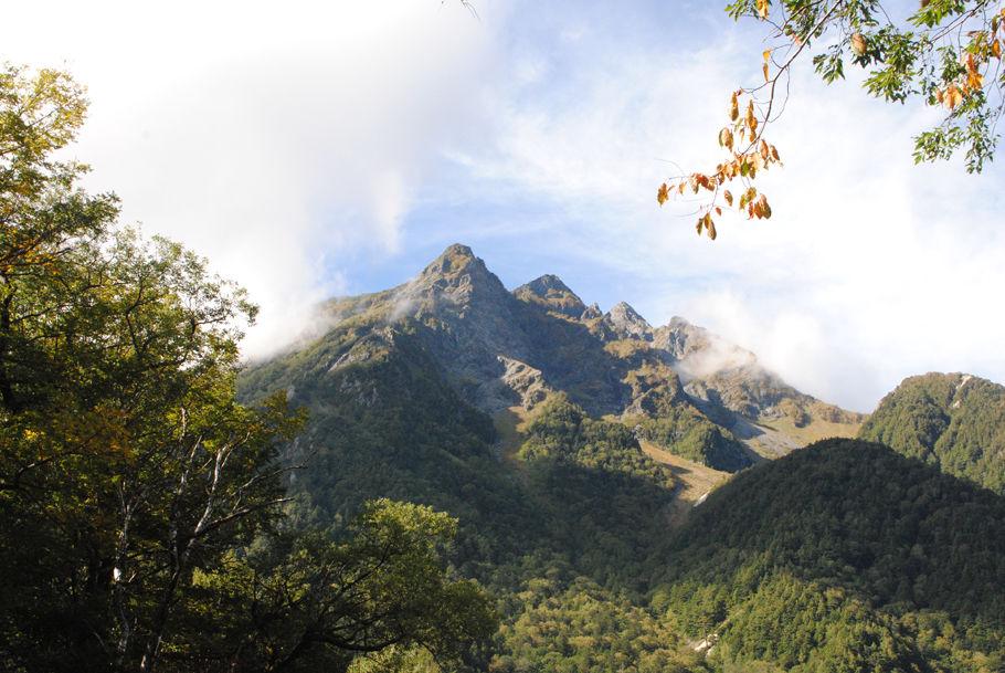 明神岳。上高地から歩いて1時間ほどの明神にて撮影した