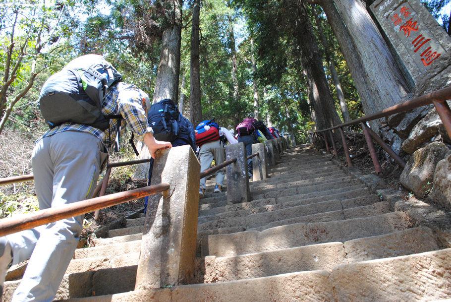 登山口で急こう配の階段に登る。いきなりの洗礼だ