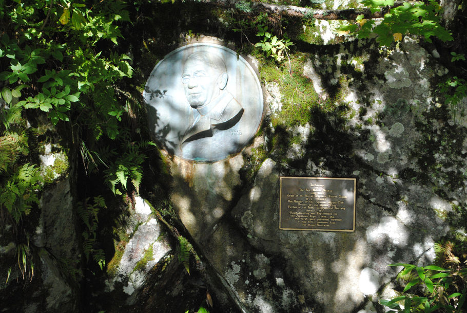 ウェストン碑。河童橋から徒歩20分の梓川沿いにある。日本アルプスを世界に紹介した英国人宣教師