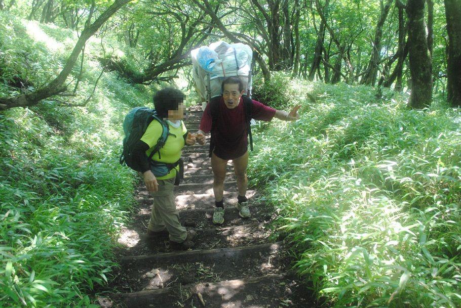 旧知の登山者と出合い、談笑する畠山さん