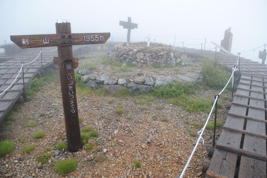 雨の剣山山頂