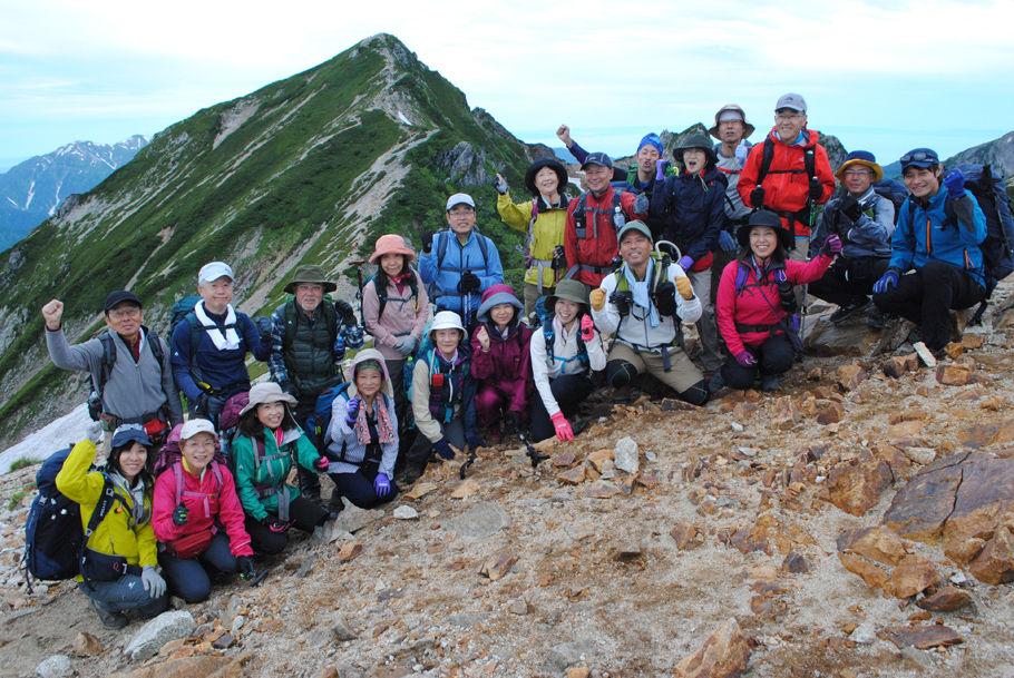 唐松岳を背景に「富士山に登るぞ」と意気込む参加者
