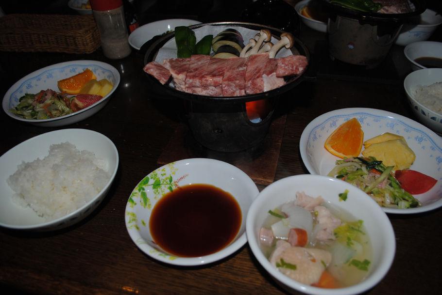 豪華な赤岳鉱泉の夕食。鉄鍋のステーキに、手前にはポトフがある。食べきれないほどの量だ