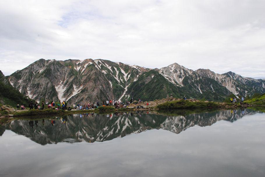 八方池に白馬三山が写る