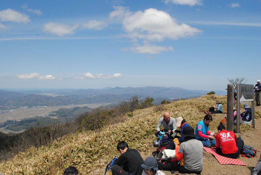 鍋塚山の山頂で昼食をとる。青空の天井がすがすがしい