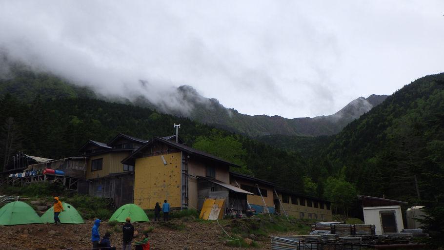赤岳鉱泉の向こうに見えるのは八ヶ岳連峰の主峰・赤岳
