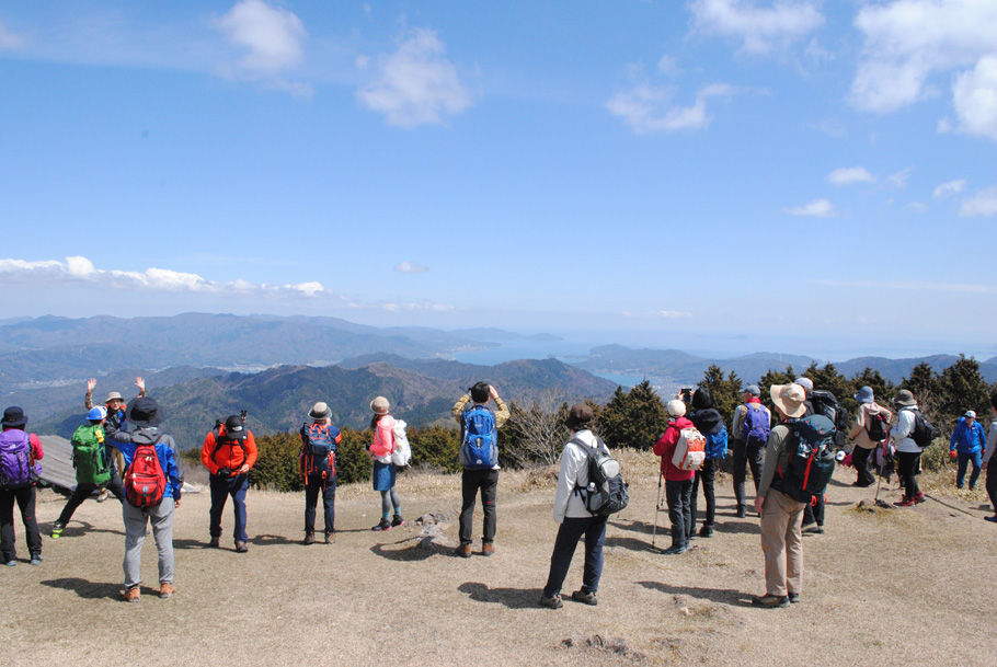 日本海の雄大な景色に見とれる参加者たち
