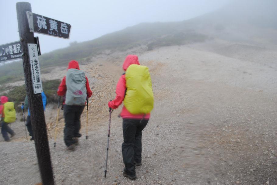 強風と横殴りの雨となった赤岩の頭