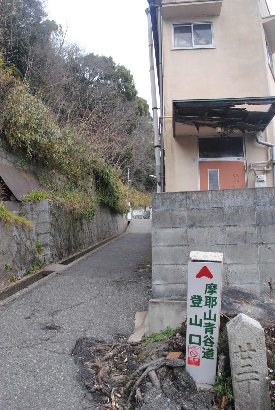 青谷道登山口。住宅の脇を歩く