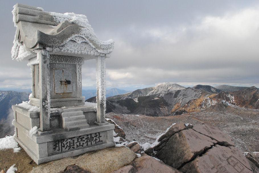 茶臼岳山頂。神社のほこらも凍る