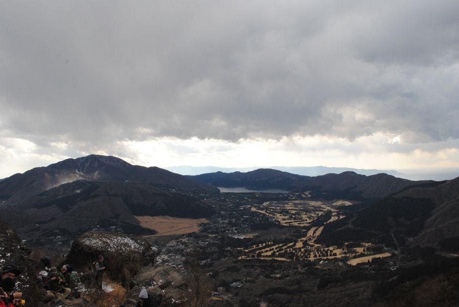 左端の白い部分が大湧谷。中央が芦ノ湖