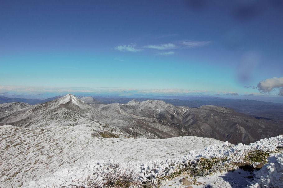 三本槍ヶ岳山頂からの展望。写真ではわかりにくいが猪苗代湖が遠望できた(打木達也氏撮影)