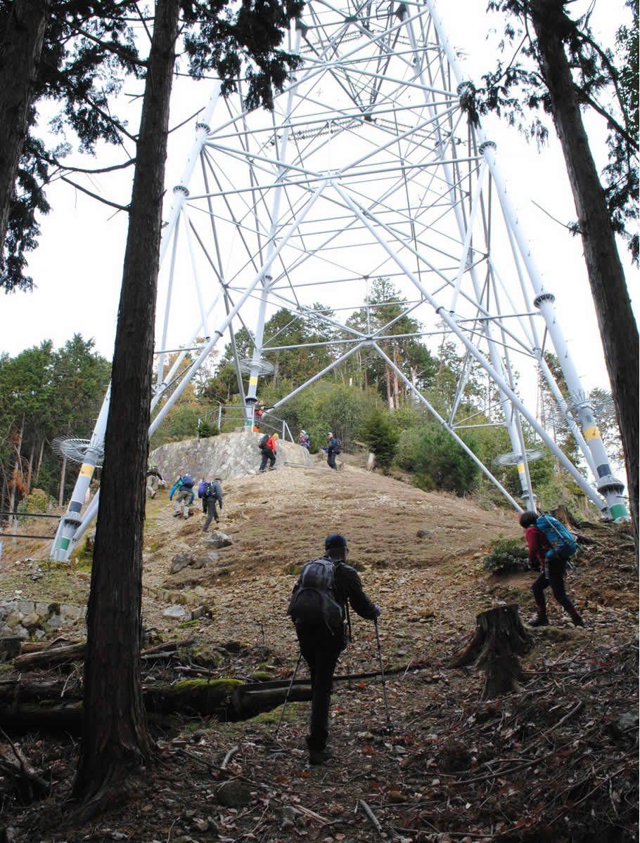 まずは鉄塔を目指して急斜面を登る