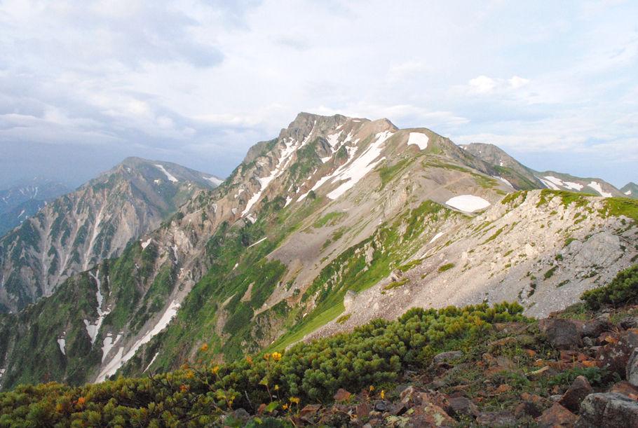 小蓮華山方面から見た白馬岳。荒々しい長野県側に比較すると、富山県側の右側はなだらかだ(2012年8月撮影)