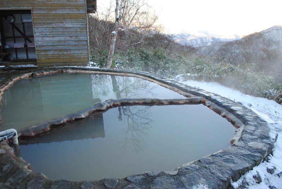 名物の露天風呂。遠くに尾瀬の熢ヶ岳が見えた