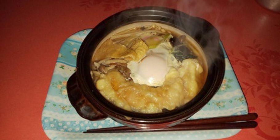 鍋焼きうどん。手前にカボチャの天ぷらキノコも見える