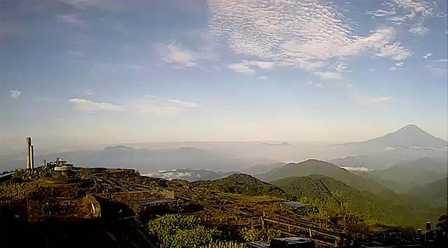 山頂の写真 昨年7月31日午前7時に、ライブカメラが写した塔ノ岳山頂。富士山が美しい