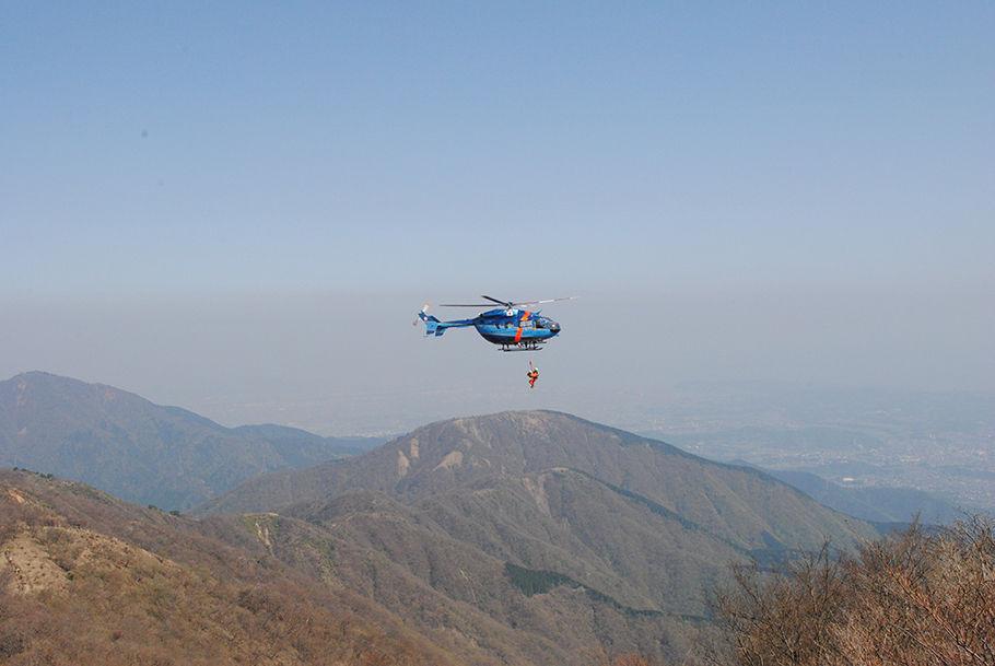 救助活動をする神奈川県警のヘリ「おおやま」号。左手奥は、ミシュランで星をとった名峰・大山
