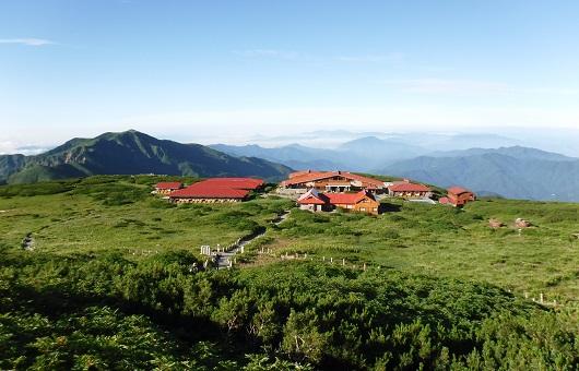 別山(左)と赤い屋根の白山室堂