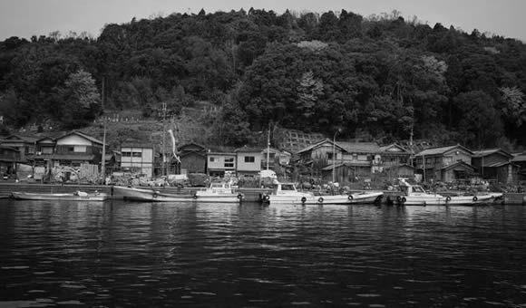 写真家大石忠彦先生とモノクロ写真を撮る琵琶湖の沖島と近江八幡の町並(写真撮影:大石忠彦)
