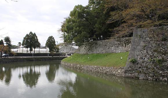 城郭の堀址を歩く彦根城の中堀と外堀を巡る