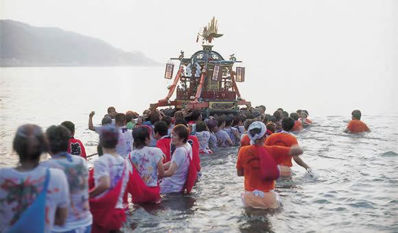 写真撮影ツアー「輪島大祭・神輿の海中乱舞と金沢21世紀美術館」