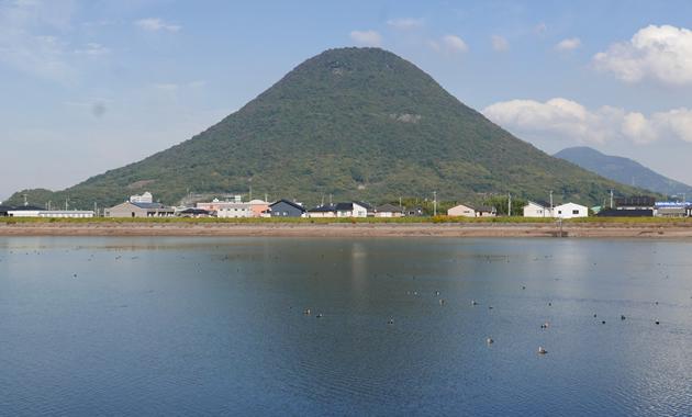ため池に影を映す飯野山。癒される山容だ=丸亀市川西町北の道池から撮影