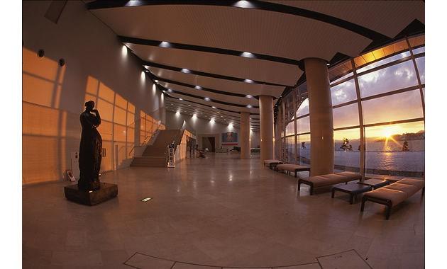 宍道湖から島根県立美術館に差し込む夕日(イメージ)