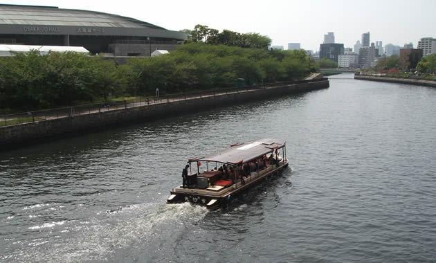屋形風船の船で水上を下る(イメージ)