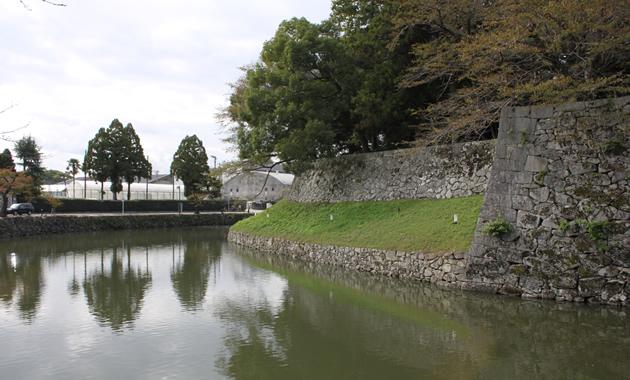 彦根城・鉢巻石垣と腰巻石垣(イメージ)