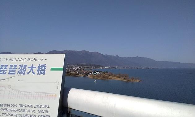 琵琶湖大橋から比良山を望む