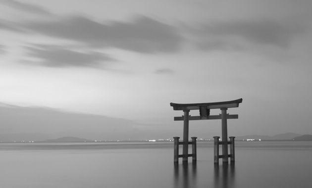 湖に立つ鳥居の白鬚神社(イメージ)