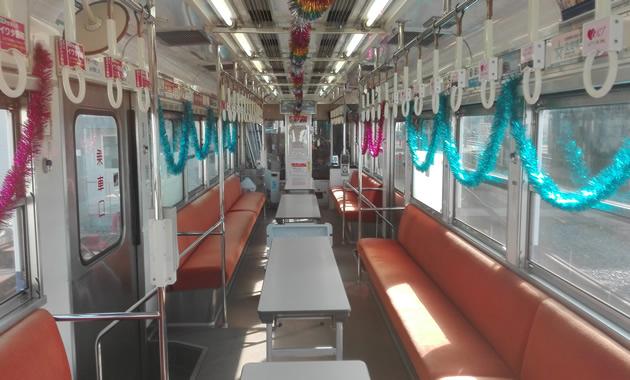 阪堺電車の貸切電車の車内(イメージ)(通路に食事用の机を並べます)