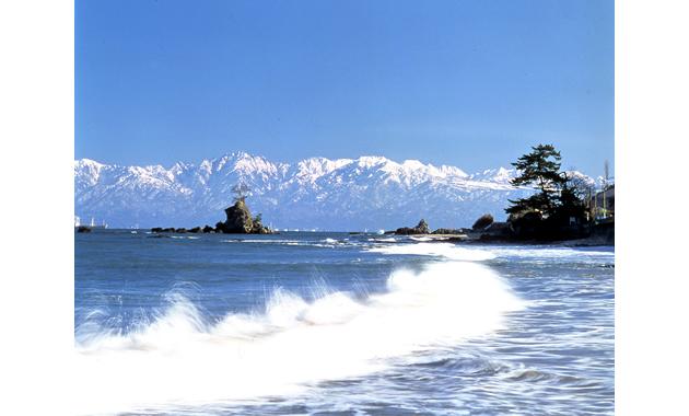 大伴家持が景観を絶賛した雨晴海岸(画像提供・高岡市)