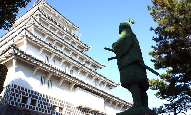 天草四郎像と島原城(イメージ)
