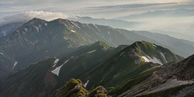 五竜山荘と遠くに唐松岳(イメージ)