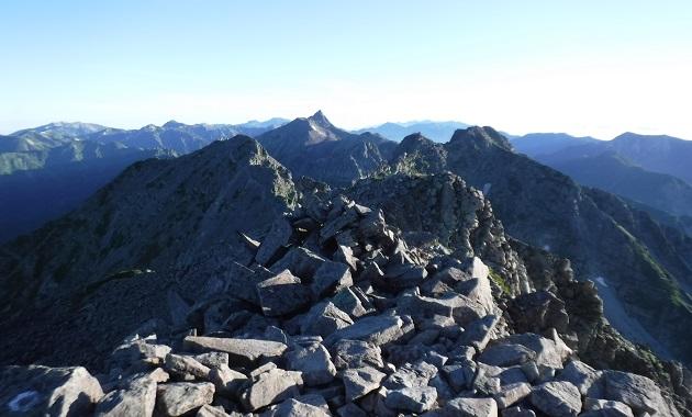 奥穂高岳から槍ヶ岳方面を見る(イメージ)