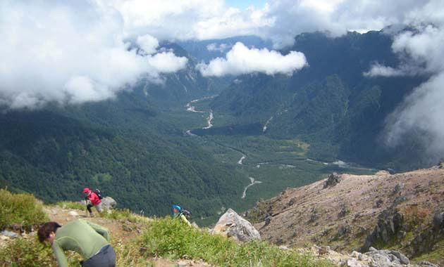 焼岳山頂から上高地を望む(写真は8月下旬/イメージ)