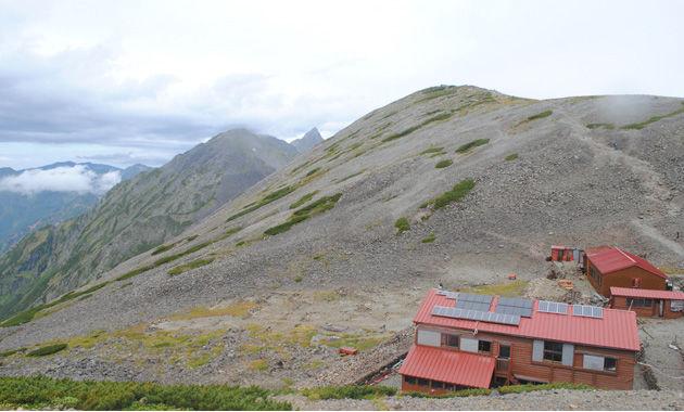 南岳と中岳にはさまれた槍ヶ岳。手前は南岳小屋(イメージ)