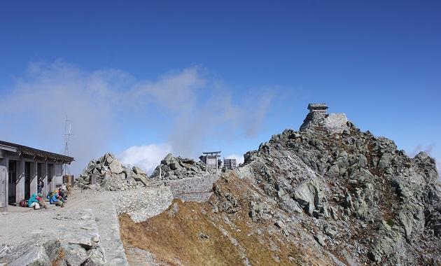 雄山神社(左)と立山雄山(右)(イメージ)