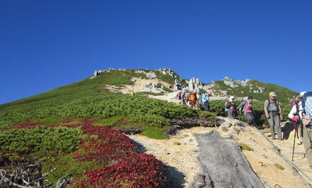 空木岳山頂直下を行く(イメージ)