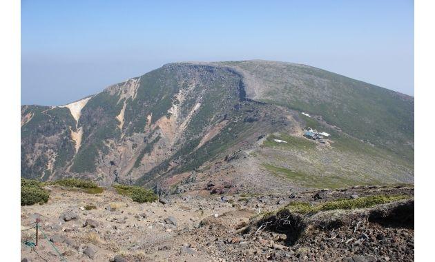 横岳方面から見た硫黄岳と硫黄岳山荘(右)(イメージ)