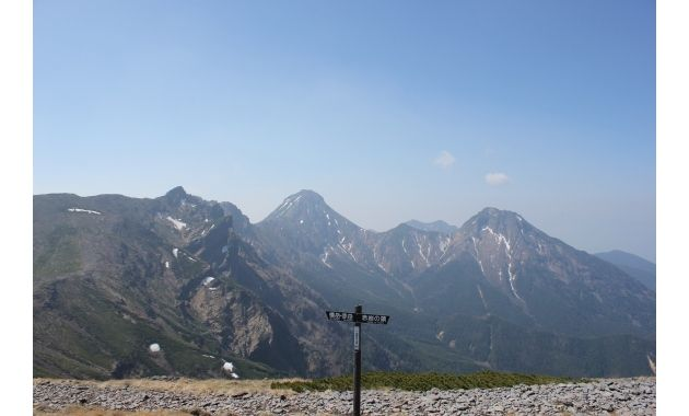 硫黄岳から見た赤岳(真ん中)と阿弥陀岳(右)(イメージ)