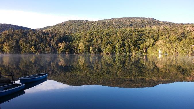 鏡のように映る白駒池(イメージ)